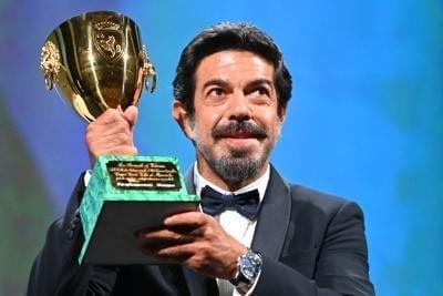 Pierfrancesco Favino conquista la Coppa Volpi con Padre Nostro